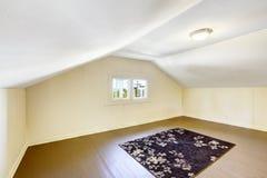 有拱顶式顶棚的空的室 库存照片