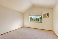 有拱顶式顶棚的简单的明亮的象牙空的室 库存照片