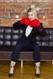 有拳击手套的可爱的白肤金发的女实业家准备好在公寓前面的一次战斗 到达天空的企业概念金黄回归键所有权 免版税库存图片