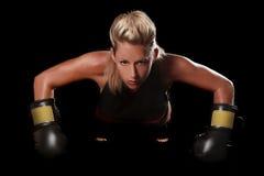 有拳击齿轮的女性 免版税图库摄影