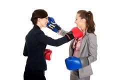 有拳击手套战斗的两个女商人 库存照片