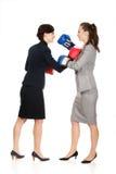 有拳击手套战斗的两个女商人 库存图片