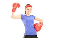 有拳击手套摆在的美丽的女孩 免版税库存图片