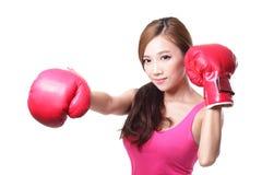 有拳击手套的体育少妇 图库摄影