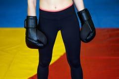 有拳击手套的健身妇女在她的手上 库存照片