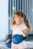 有拳击手套的小女孩 免版税库存照片