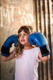 有拳击手套的小女孩 免版税库存图片