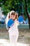 有拳击手套的小女孩 库存图片