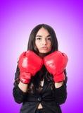 有拳击手套的少妇 库存照片