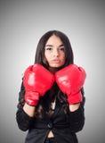 有拳击手套的少妇 免版税库存照片