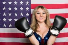 有拳击手套的微笑的年轻金发碧眼的女人 免版税库存图片