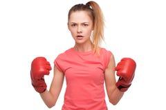 有拳击手套的恼怒的青少年的女孩 库存照片
