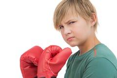 有拳击手套的愤怒的男孩 免版税库存照片