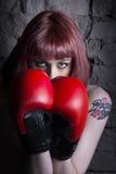 有拳击手套的红发女孩 免版税库存图片