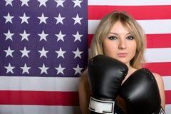 有拳击手套的美丽的新金发碧眼的女人 免版税图库摄影