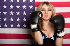 有拳击手套的年轻金发碧眼的女人 免版税库存图片