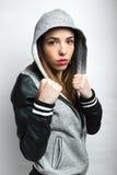 有拳头的少妇在准备好的攻击姿势战斗 免版税库存照片