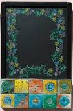有拷贝空间、花卉装饰和五颜六色的传统陶瓷的,葡萄牙样式黑板 免版税库存图片