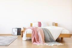 有拷贝空间的简单的卧室 图库摄影