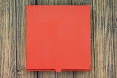 有拷贝空间的一个红色纸板薄饼箱子在木背景 免版税库存图片