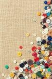 有拷贝空间的五颜六色的缝合的按钮 免版税库存图片