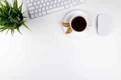 有拷贝空间的办公桌 数字式设备无线键盘和老鼠在办公室桌上与咖啡,顶视图 免版税库存图片