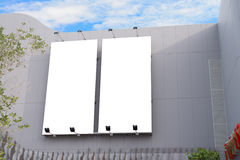 有拷贝空间的空白的海报板墙壁您的在现代商城的正文消息的在一多云天 图库摄影