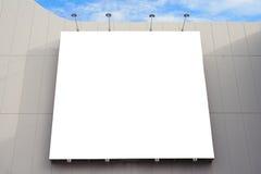 有拷贝空间的空白的海报板墙壁您的在现代商城的正文消息的在一多云天 库存照片