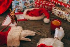 有拿着一个红色杯子用咖啡的白色手套的圣诞老人 库存照片