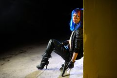 有拿着两杆枪和看作为凶手的蓝色头发的性感的妇女 免版税图库摄影