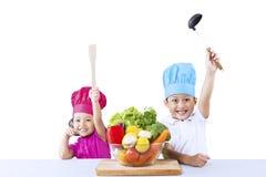 在白色的愉快的厨师和菜 库存图片
