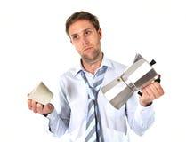 有拿着咖啡po的宿酒的杂乱商人 免版税库存图片
