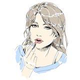 有拿着唇膏的红色嘴唇的妇女 组成她的嘴唇的女孩 皇族释放例证