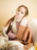 有拿着在嘴的水痘的小女孩温度计 免版税库存照片
