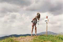 有拿着地图和la的背包的时髦的旅客行家妇女 库存图片