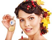 有拿着时钟的秋天发型的妇女。 图库摄影