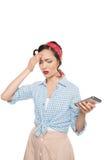 有拿着智能手机的头疼的可爱的亚裔妇女 图库摄影