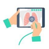 有拿着有肺radi的听诊器的医生一台片剂计算机 免版税库存照片
