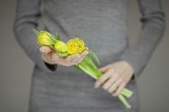 有拿着桃红色春天的完善的钉子艺术的妇女手开花郁金香,肉欲的演播室射击 图库摄影