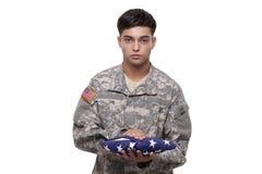 有拿着的一面美国国旗战士 免版税图库摄影