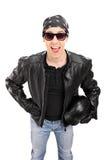 有拿着盔甲的皮夹克的年轻骑自行车的人 免版税库存照片