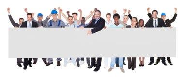 有拿着空白的广告牌的各种各样的职业的微笑的人 免版税库存图片