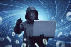 有拿着膝上型计算机的匿名面具的黑客人 免版税库存图片