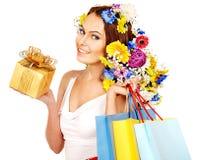 有拿着花的购物袋的妇女。 免版税库存图片