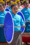 有拿着蓝色umb的传统服装的土产小女孩 免版税库存照片