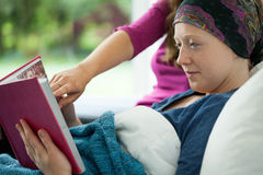 有拿着象册的癌症的女孩 图库摄影