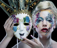 有拿着面具的艺术性的构成的妇女 库存图片