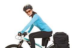 有挂包的女性mtb骑自行车者,看照相机和sm 库存图片