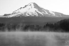 有挂接敞篷的有薄雾的湖 库存照片
