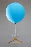 有挂衣架的气球 库存图片